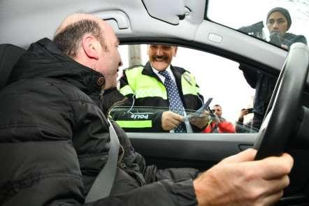 Vali trafik polisi kıyafeti giydi sürücüleri uyardı