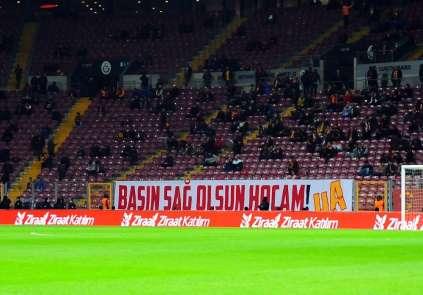 Galatasaray taraftarlarından Talat Terim için pankartlar
