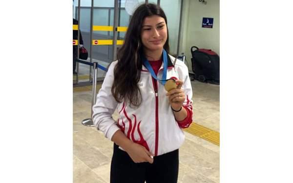 Avrupa şampiyonu eskrimci Nisanur Erbil, Samsun'da çiçeklerle karşılandı