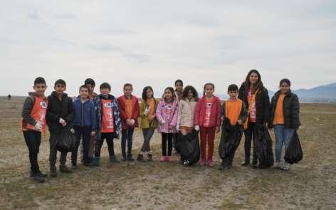Öğrenciler temiz çevreye dikkat çekmek için çöp topladı