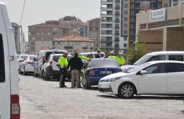 Şehit polis memurunun arkadaşları hastaneye akın etti.