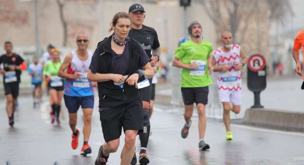 Bilecikli 61 yaşındaki atlet maratonu 1 saat 44 dakikada tamamladı