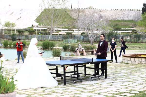 Gelin damat Pamukkalede masa tenisinde yarıştı