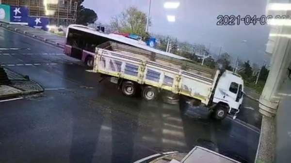 Küçükçekmecede yolcu otobüsü ile kamyonun çarpıştığı kaza güvenlik kamerasında