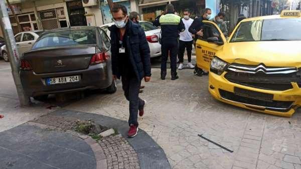 Samsunda kaza yapan otomobil kaldırımdaki yayaya çarptı: 1 yaralı