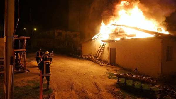 Tokatta ahşap ev alev alev yandı