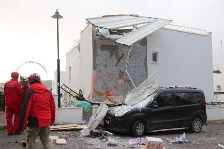 Bodrum'da korkutan patlama; beton bloglar araçların üstüne uçtu