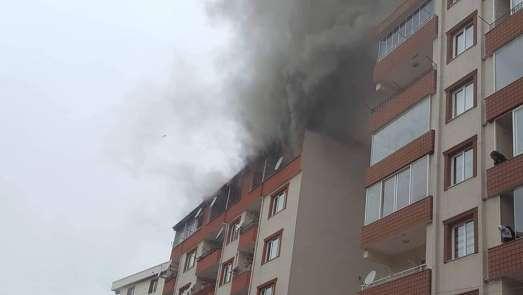 Giresun'da bir evin çatı katında çıkan yangın söndürülmeye çalışılıyor
