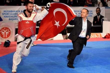 Konya Büyükşehir Belediyesporlu tekvandocu dünya şampiyonu oldu