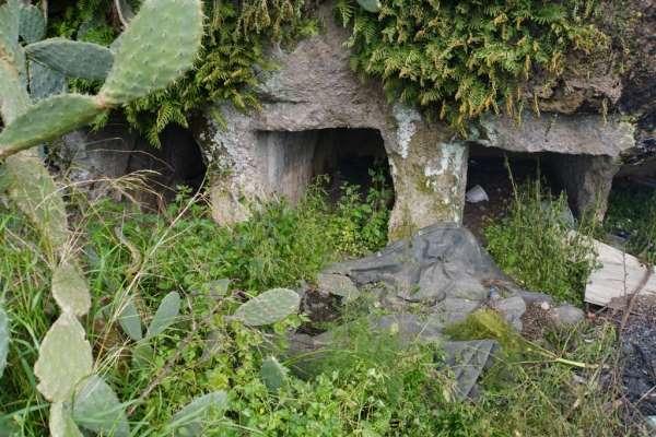 Binlerce yıllık kaya mezarları turizme kazandırmak için kolları sıvadılar