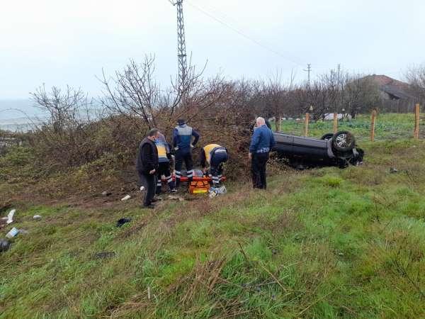 Sinopta otomobil tarlaya uçtu: 1i ağır 2 yaralı
