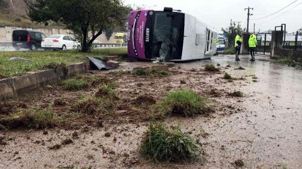 Sakarya'da yağışlı havada kontrolden çıkan otobüs kaza yaptı