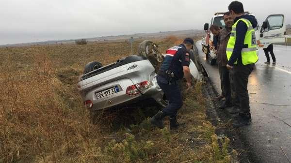 Yağışlı hava kaza getirdi, takla atan araçta 3 kişi yaralandı