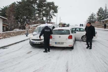Buz pistine dönen yollar sürücülere zor anlar yaşattı