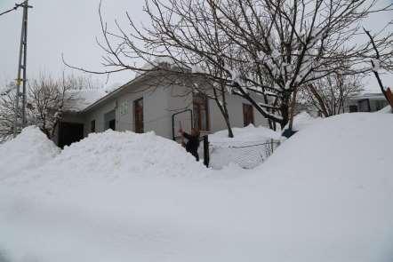 Tunceli'de kar yağışı ve tipi 104 köy yolunu ulaşıma kapattı