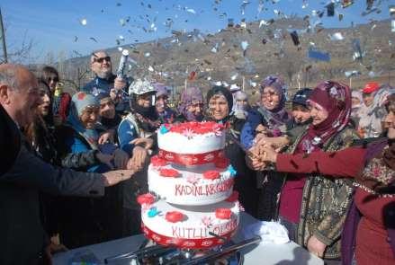 Tarlada çapa yapan kadınlara pastalı sürpriz kutlama