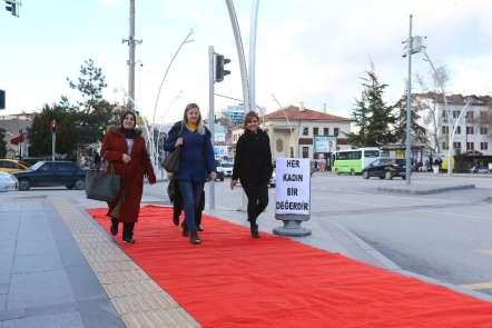 Kadınların yollarına kırmızı halı serdiler