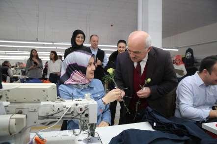 Başkandan kadınlara çiçekli kutlama