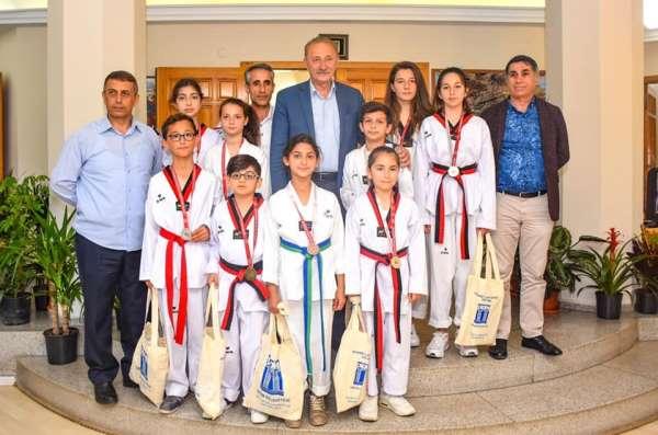 Tekvandocular başarılarını Başkan Atabay ile paylaştı