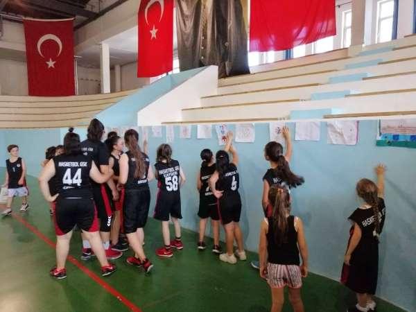 Basketbol antrenmanı öncesinde resim sergisi açtılar