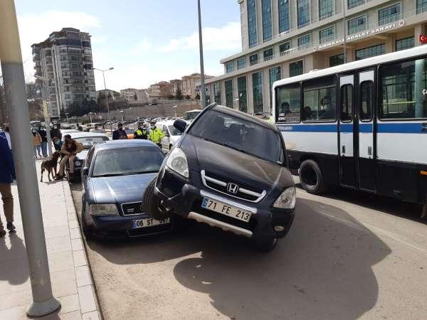 Kırıkkalede ilginç kaza, cip park halindeki otomobilin üzerine çıktı