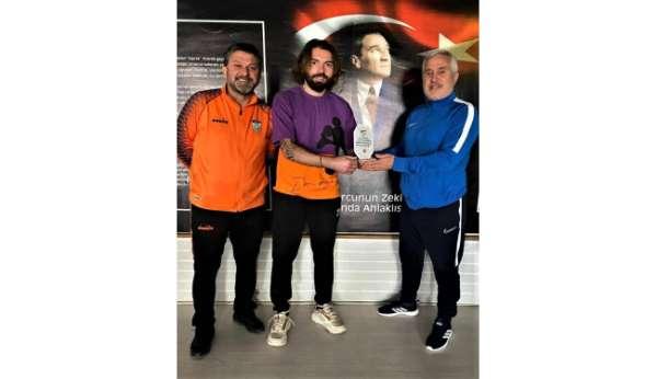 Kırşehir Belediyesporun golcüsüne teknik direktörden plaket