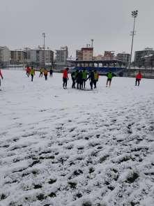 Yeşilyurt Belediyespor karla kaplı zeminde çalıştı