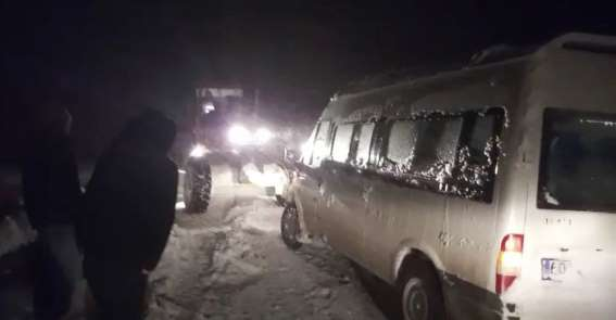 Tokat'ta yolda kalan araçlar kurtarıldı