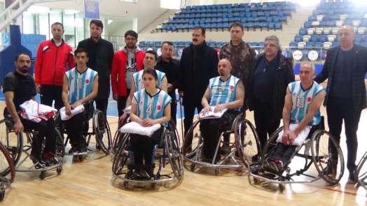 Vali Akbıyık engellilerin maçını izledi