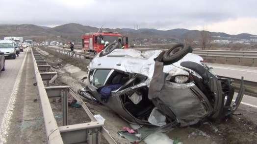 Su kanalına uçan otomobildeki 4 kişi ölümden döndü