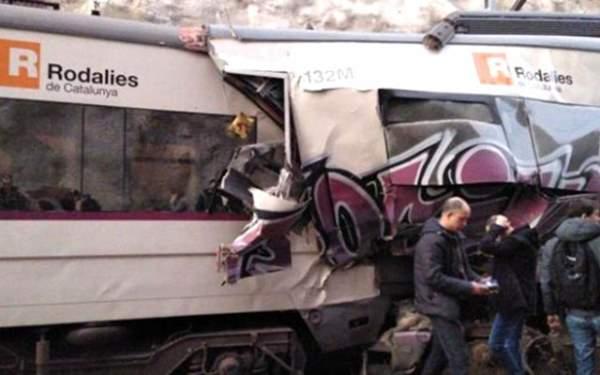 2 tren çarpıştı, 8 yaralı