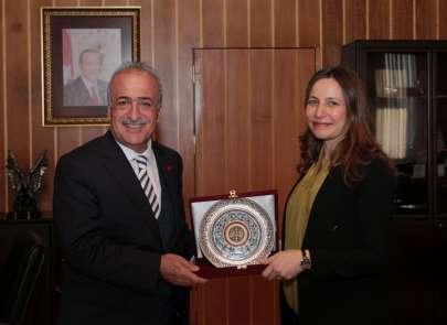 Rektör Çomaklı, Araştırma Teşvik Ödülünü kazanan Doç. Dr. Yurtcan'ı tebrik etti