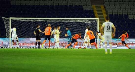 Spor Toto Süper Lig: M.Başakşehir: 1 - Fenerbahçe: 0 (İlk yarı)