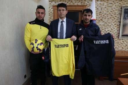 Kaymakam Kaçmaz'dan Yeşil Vartospor Kulübü sporcularına malzeme desteği