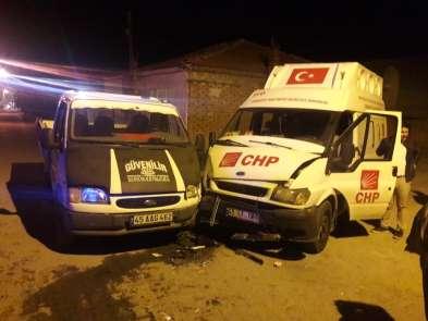 Manisa'da CHP'nin seçim aracı kaza yaptı: 7 yaralı