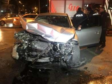 Bakırköy'de kırmızı ışıkta geçen sürücü kaza yaptı: 2 yaralı