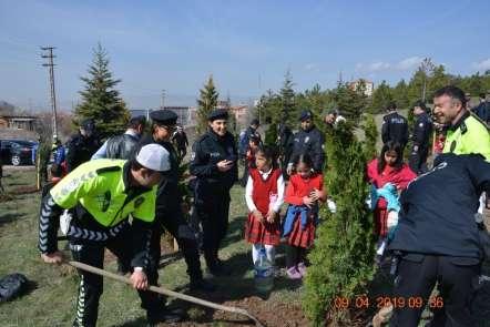 Polisler öğrenciler fidan dikti
