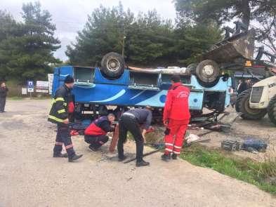 Manisanın Soma ilçesinde tarım işçilerini taşıyan araç kaza yaptı. Seyir halind