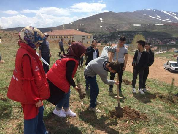 Genç Gönüllüler Şehitler Anısına Fidan Dikti