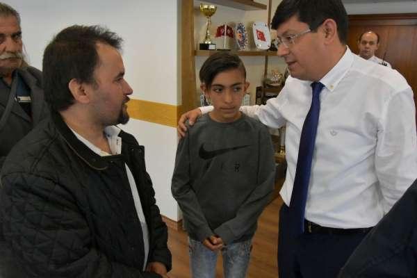 Başkan Özcan'dan 13 yaşındaki Berkay'a anlamlı hediye