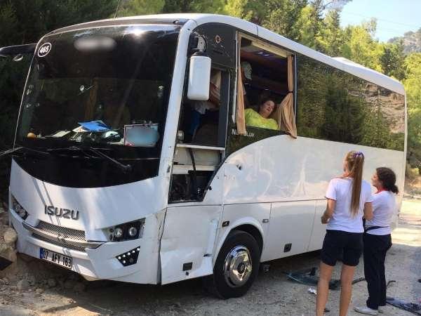 Antalya'da yolcusunu unutan tur otobüsü kaza yaptı: 2 yaralı