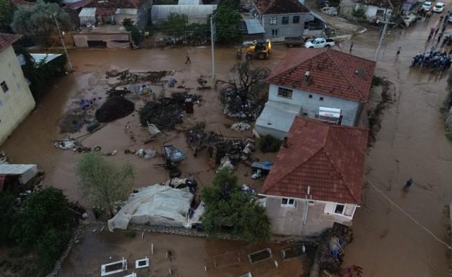 Antalya'da sel suları seraları ve ekili alanları vurdu