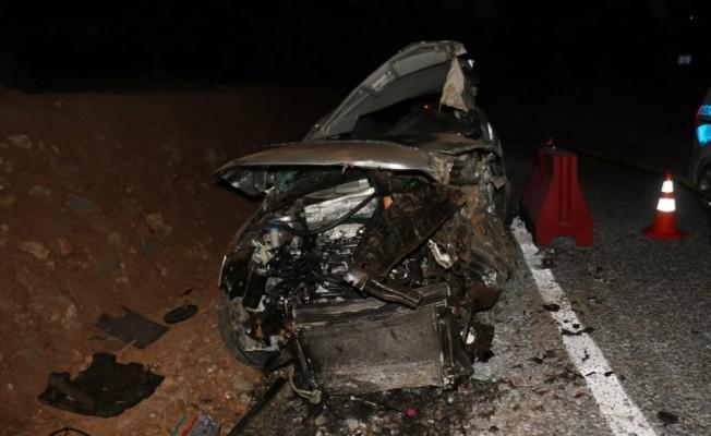 Aydın`da otomobil bariyere çarptı: 3 ölü, 2 yaralı