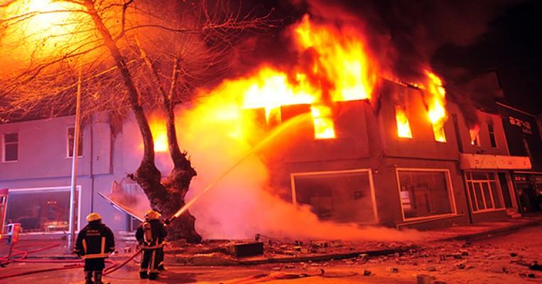 Facia: Biri bebek üç çocuk yanarak can verdi!