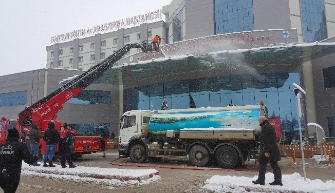 Hastane çatısında kar temizliği
