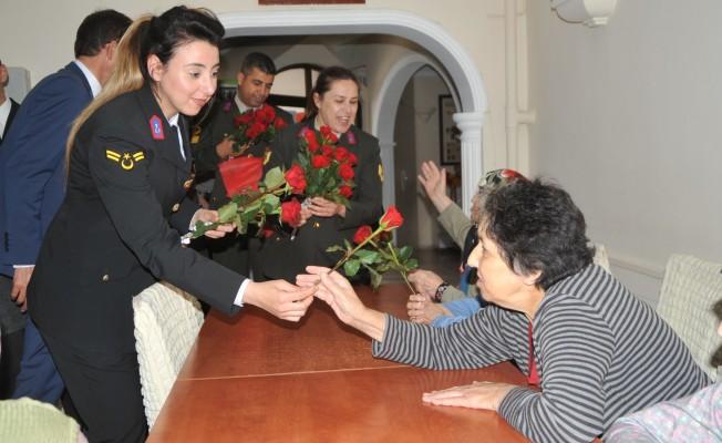 """Huzurevine, Jandarmadan""""Anneler Günü"""" Ziyareti"""