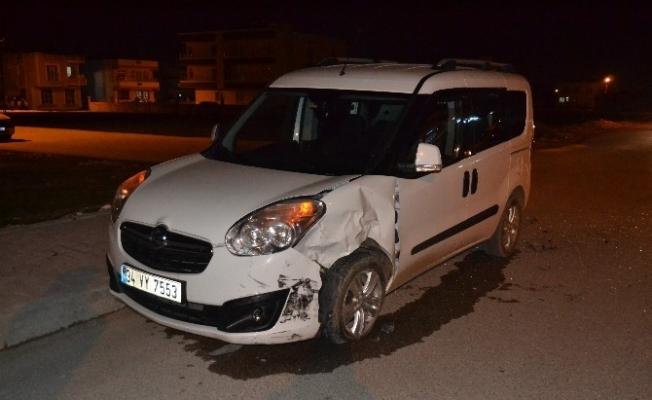 İki hafif ticari araç çarpıştı: 1 yaralı