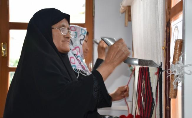 İran ve Afgan uyruklu kadınlar kilim dokuyarak üretime katılıyor