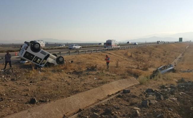 Kontrolden çıkan otomobil karşı şeritteki araca çarptı: 14 yaralı