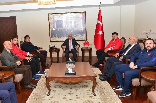 Milli güreşçiler Samsun Valisi Şahin'i ziyaret etti